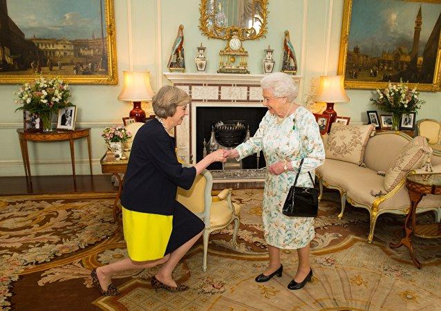 الملكة البريطانية إليزابيث ورئيسة وزراء المملكة تيريزا ماي