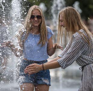 شابتان في حديقة موزيون بموسكو