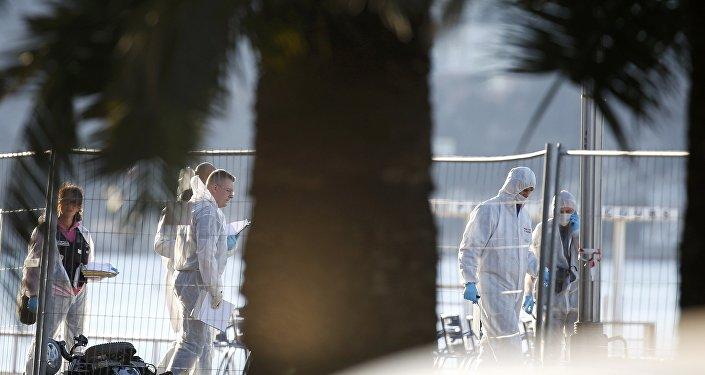 قوات الشرطة الفرنسية وفريق التحقيق في نيس