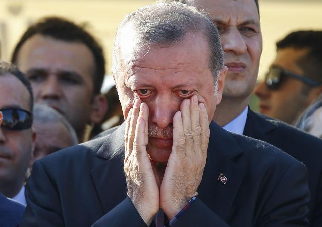 رئيس تركيا رجب طيب إردوغان خلال الجنازة في اسطنبول