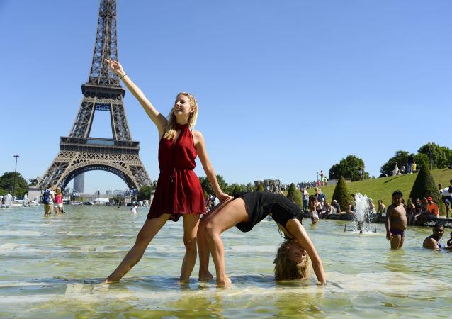صيف حار في فرنسا - فتاتان أما برج إيفل في باريس، 19 يوليو/ تموز 2016