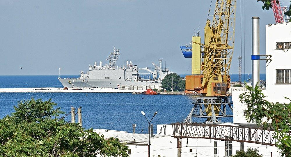 سفينة إنزال أمريكية تدخل ميناء أوديسا