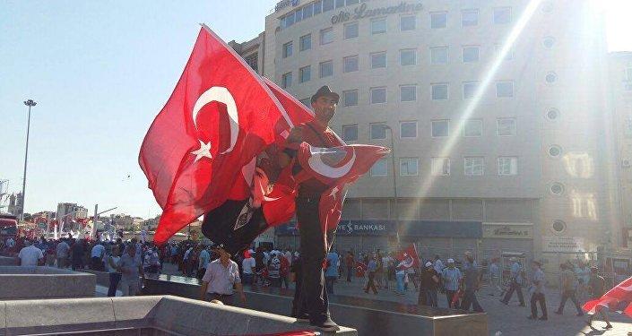 آلاف الاتراك يحتشدون في ميدان تقسيم بمدينة إسطنبول تنديدا بالمحاولة الانقلابية