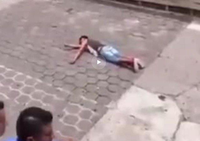 هجوم ثور على شاب صغير بطريقة وحشية