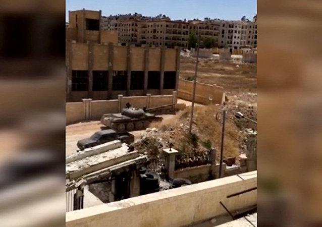 بالفيديو: دبابة الجيش السوري تدمر مقر للنصرة بحلب