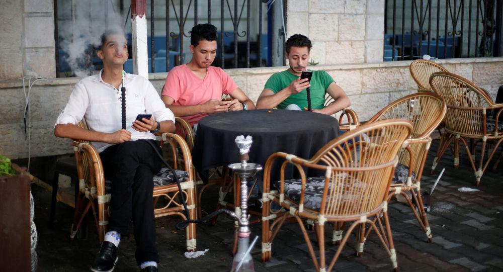 شباب فلسطينيون في مقهى بمدينة غزة، 17 يوليو/ تموز 2016