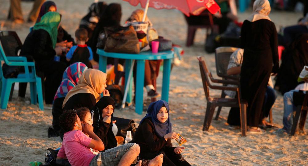 عائلة فلسطينية على شاطئ البحر في مدينة غزة