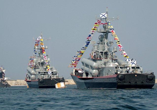 العرض العسكري بمناسبة عيد القوات البحرية الروسية