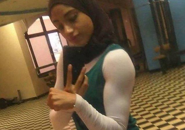 فتاة تمارس مصارعة الذراعين
