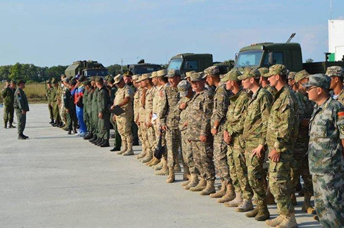 الجنود يستعدون لمسابقة السماء الصافية