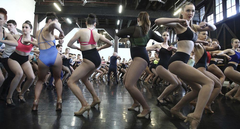 رقص تجريبي لمسرحية مولان روج بأستراليا، 28 يوليو/ تموز 2016.