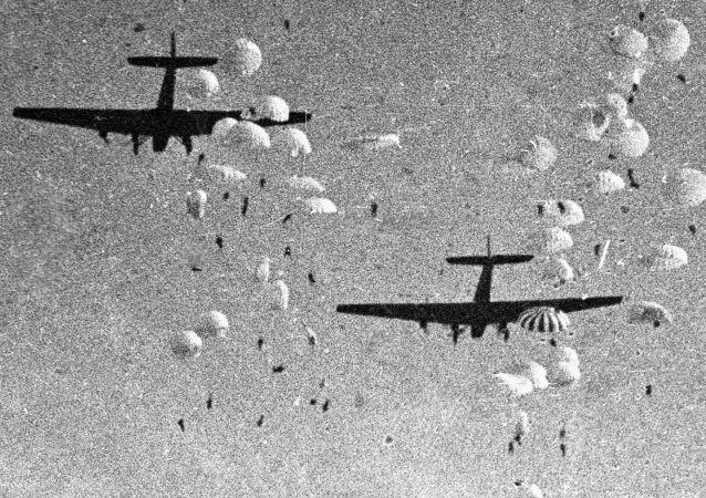 قوات الإنزال الجوية السوفيتية خلال العرض العسكري الجوي عام 1935