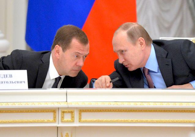 فلاديمير بوتين ودميتري ميدفيديف