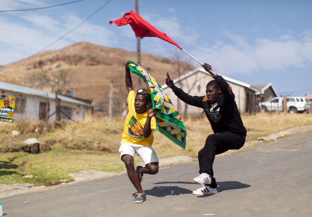 مناصري المؤتمر الوطني الأفريقي والحزب الشيوعي لجنوب أفريقيا يرقصون ويغنون في مدينة ويمبيزي، جنوب أفريقيا، 3 أغسطس/ آب 2016