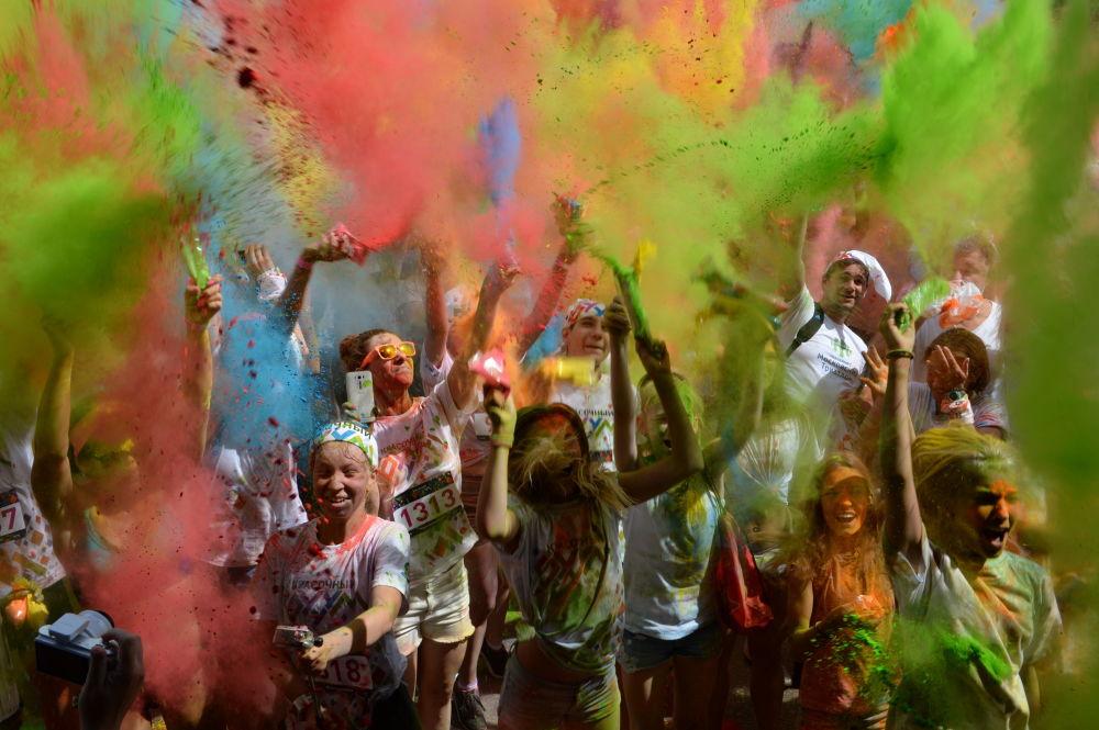 بالألوان - مسابقة جري في حديقة ميتينا بالعاصمة الروسية موسكو