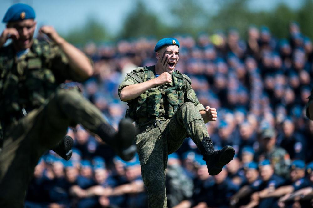 الاحتفال بعيد قوات الإنزال الجوي الروسية في مقطاعة أومسك الروسية.