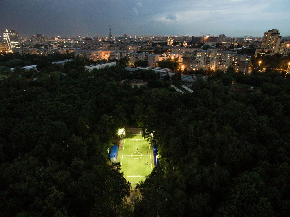 أشخاص يلعبون في ملعب لكرة القدم في موسكو