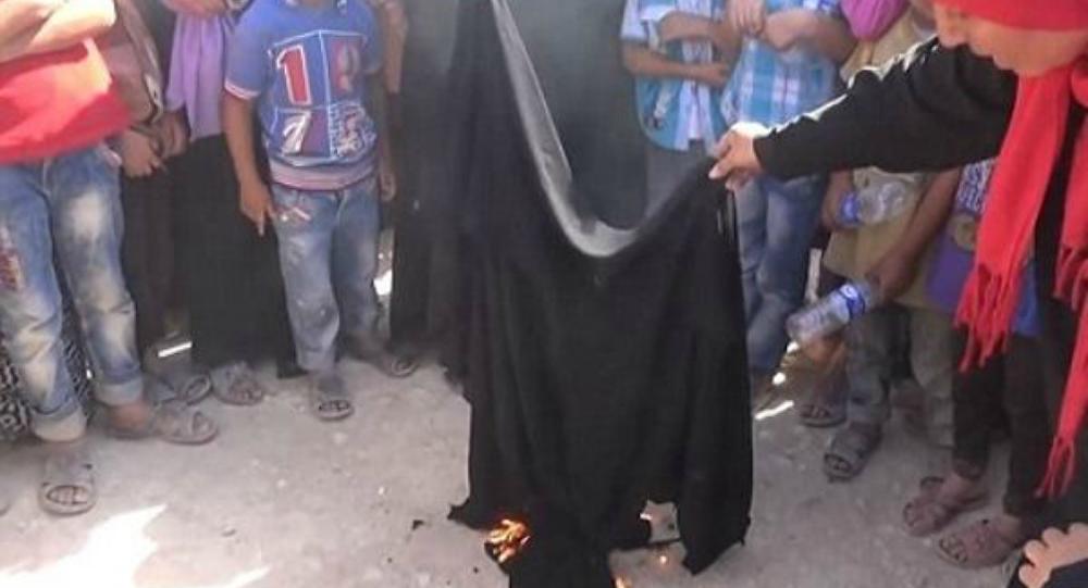 سوريّة تحرق نقابها احتفالا بطرد داعش