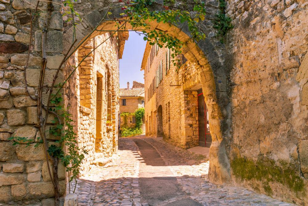 بروفنس منطقة في جنوب شرق فرنسا تطل على البحر الأبيض المتوسط تجاور إيطاليا.