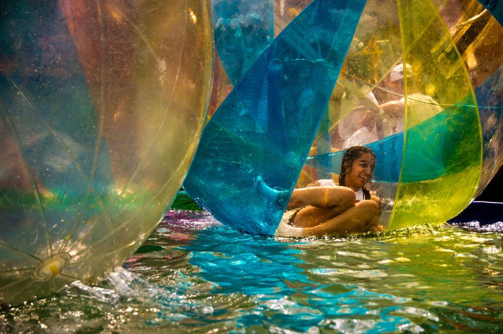 ركوب الماء داخل فقاعة في حديقة مركز معارض عموم روسيا في موسكو