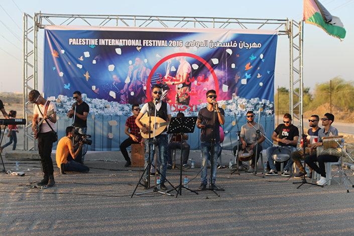 فرقة فلسطينية تغني أمام المعبر بعد رفض إسرائيل خروجها من غزة