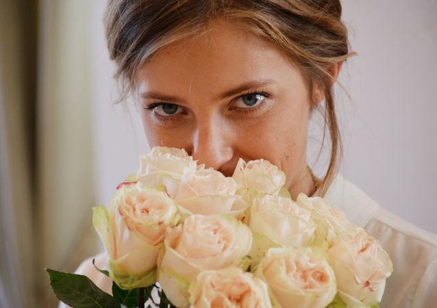 المدعي العام لجمهورية القرم نتاليا بوكلونسكايا وباقة الورد الجوري في مكتبها