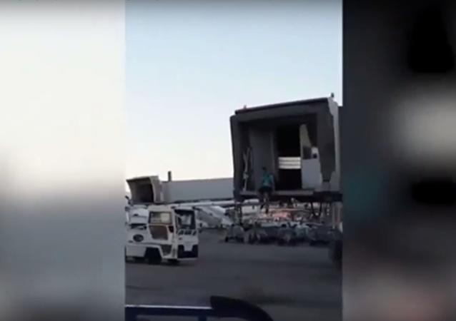 مسافر يحاول اللحاق بالطائرة بعد إقلاعها