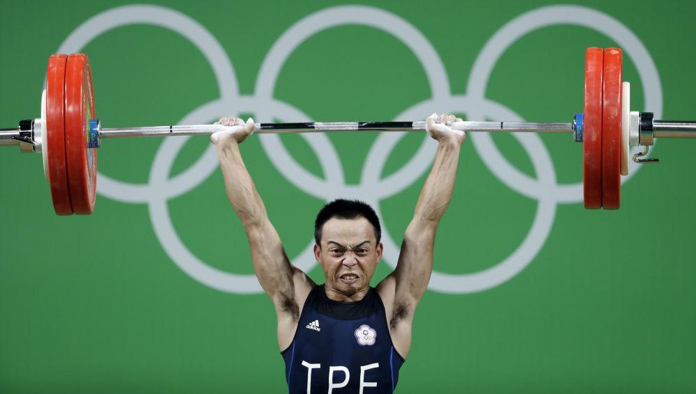 أولمبياد ريو 2016 - رافع الأثقال التايواني خلال سباق رفع الأثقال (56 كجم)، 7 أغسطس/ آب 2016