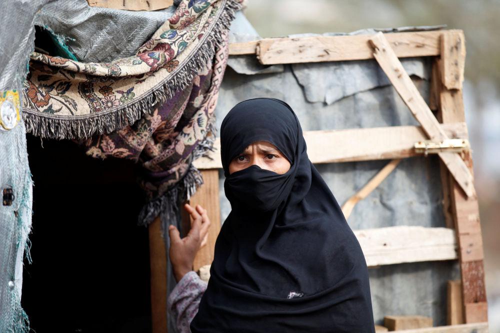 امرأة تقف بجانب بيتها في مخيم للنازحين بالقرب من مدينة صنعاء، اليمن 10 أغسطس/ آب 2016