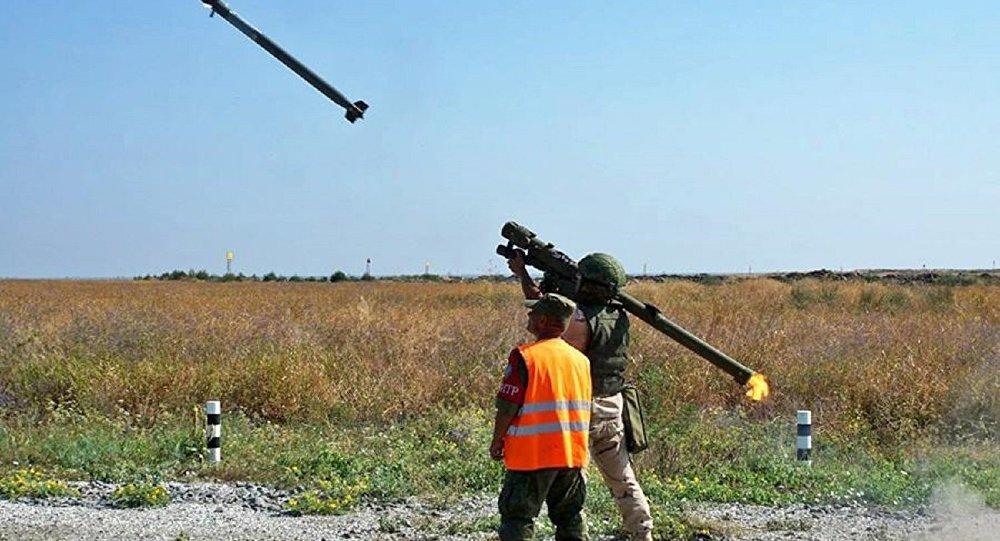 جندى مصرى يطلق صاروخ إيغلا