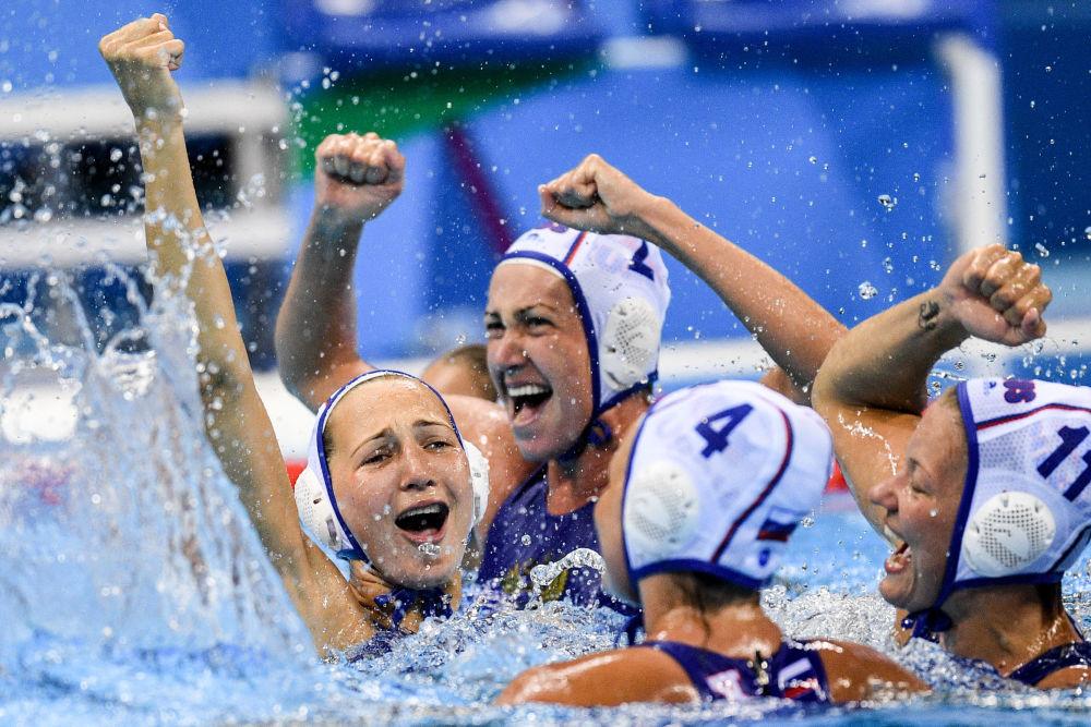 اللاعبات الروسيات يحتفلن بالنصر في مباراة كرة الماء للنساء بين منتخبي روسيا واسبانيا في دورة الألعاب الأولمبية الصيفية الحادية والثلاثين