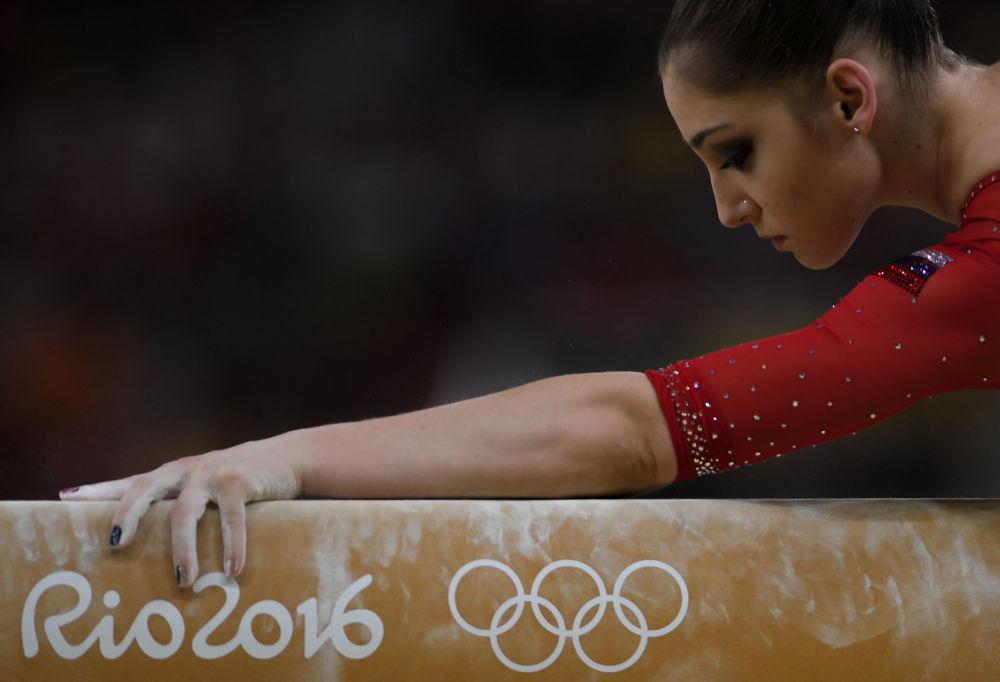لاعبة الجنباز الروسية علياء مصطفينا خلال المسابقات النسائية في الجمباز في دورة الألعاب الأولمبية الصيفية الحادية والثلاثين في ريو دي جانيرو
