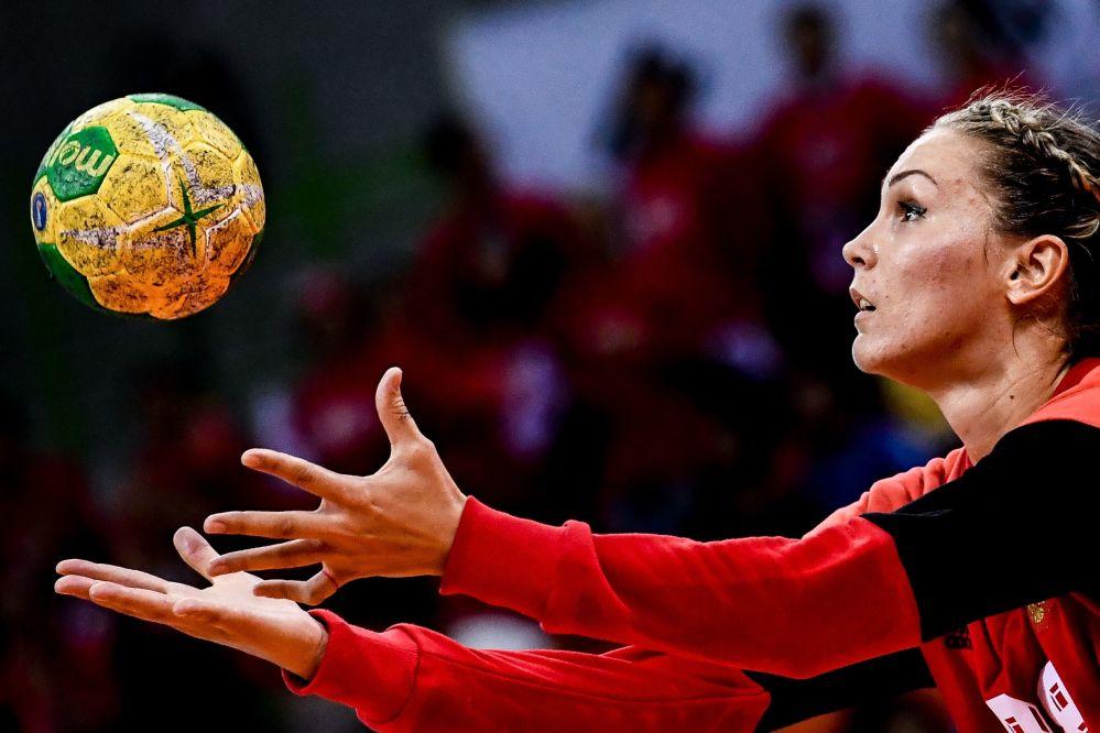لاعبة المنتخب الروسى لكرة اليد فيكتوريا كالينينا خلال مباراة ضد كوريا في دورة الألعاب الأولمبية الصيفية الحادية والثلاثين