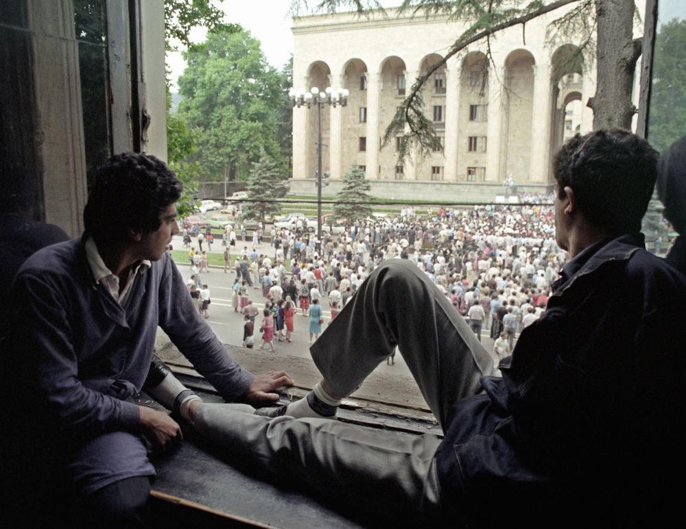 حشود كبيرة تجمعت أمام المبنى الرئاسي في العاصمة تبليسي، جورجيا 1990