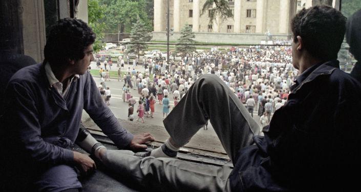 حشودات كبيرة اجتمعت أمام المبنى الرئاسي في العاصمة تبيليسي، جورجيا 1990
