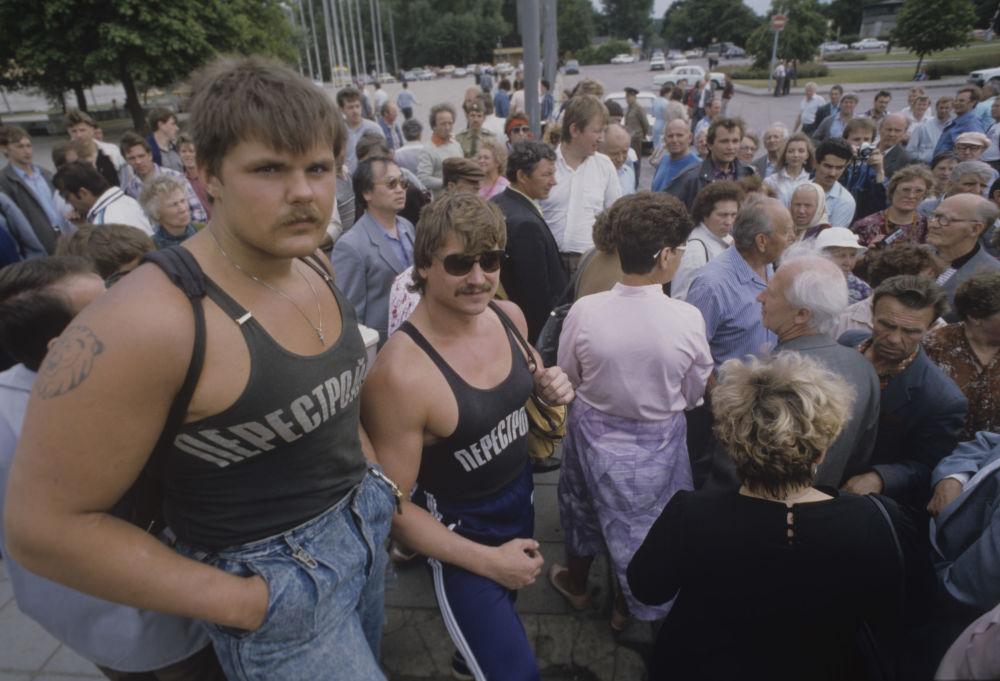 المشاركون في مسيرة مناهضة للفاشية في تالين عام 1990