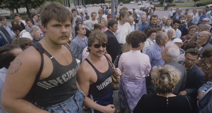 المشاركين في مسيرة مناهضة للفاشية في تالين عام 1990