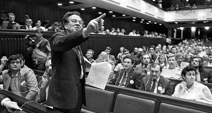 في قاعة الاجتماعات لجمعية البلطيق، بحضور نشطاء من أكبر المؤسسات العامة الرسمية من إستونيا ولاتفيا وليتوانيا عام 1989.