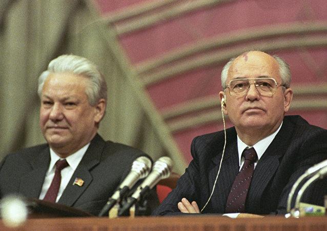 رئيس برلمان جمهورية روسيا الاتحادية السوفيتية بوريس يلتسين ورئيس الاتحاد السوفيتي ميخائيل غورباتشوف في رئاسة المؤتمر الرابع لنواب الشعب للاتحاد السوفيتي.