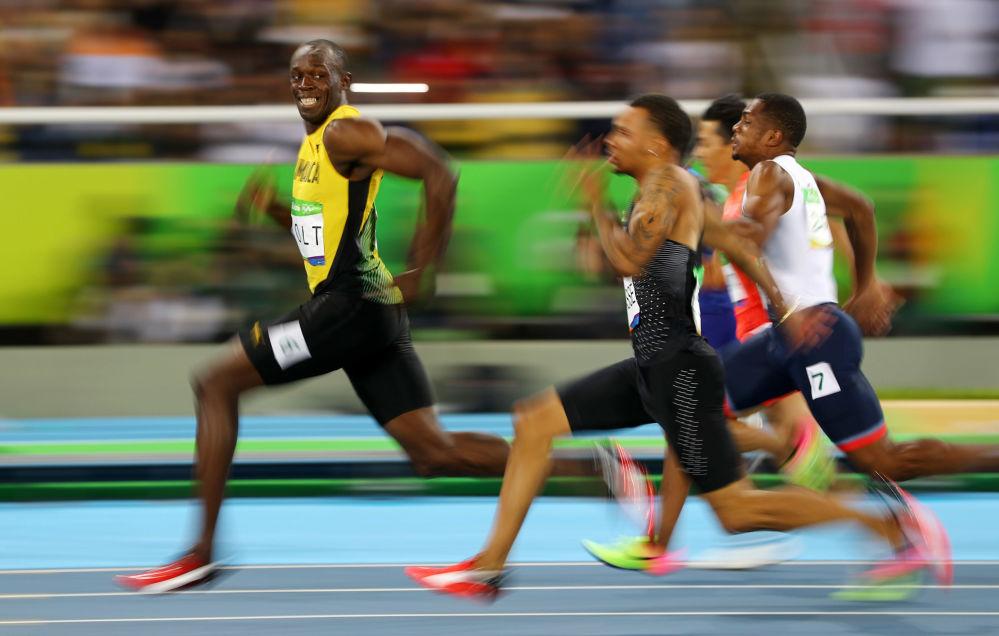 أولمبياد ريو 2016 - الرياضي الجمايكي يوسين بولت ينظر إلى الخلف خلال النصف النهائي لسباق الـ 100 متر للرجال، 14 أغسطس/ آب 2016