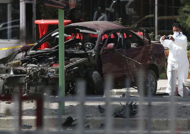 أفراد الأمن الأفغانية يتفقدون مكان الانفجار قرب سفارة الولايات المتحدة الأمريكية في كابول، 15 أغسطس/ آب 2016