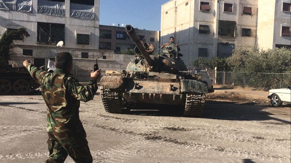 قوات الجيش السوري خلال تقدمهم في أحياء جنوب غرب مدينة حلب.