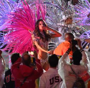 وداعاً ريو 2016 - عارضة الأزياء البرازيلية إزابيل غولار  في استاد ماراكانا خلال مراسم انتهاء الألعاب الأولمبية الصيفية الـ 31 في ريو دي جانيرو، 21 أغسطس/ آب 2016