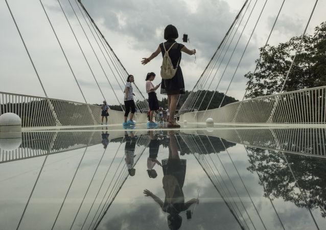 أطول جسر زجاجي في العالم - جسر زجاجي يمر من فوق وادي زانغجياجي بمقاطعة هونان في الصين