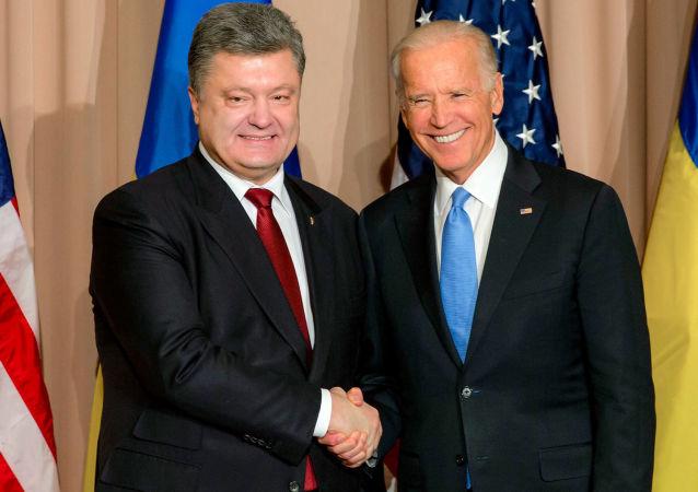 الرئيس الأوكراني بيوتر بوروشينكو ونائب الرئيس الأمريكي جو بايدن