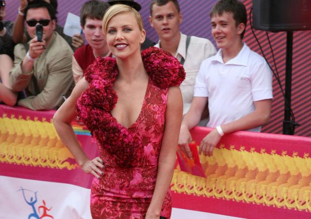 ممثلة هوليوود الأمريكية شارليز ثيرون في المهرجان  الدولي للسينما بـ بوشكينسكي في موسكو، روسيا.