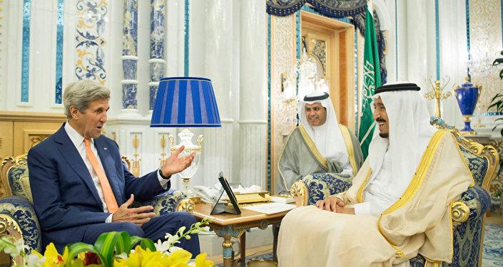 العاهل السعودي الملك سلمان يلتقي وزير الخارجية الأميركي جون كيري في جدة