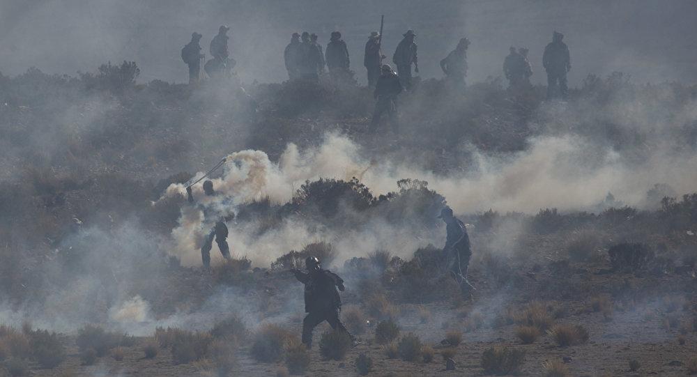 نائب وزير الداخلية في بوليفيا يختطف ويتعرض للضرب حتى الموت من قبل محتجين من عمال المناجم