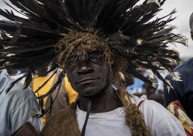 أنصار الرئيس الحالي علي بونغو أونديمبا خلال مسيرة تدعم لانتخابه في ليكوني، الغابون 23 أغسطس/ آب 2016