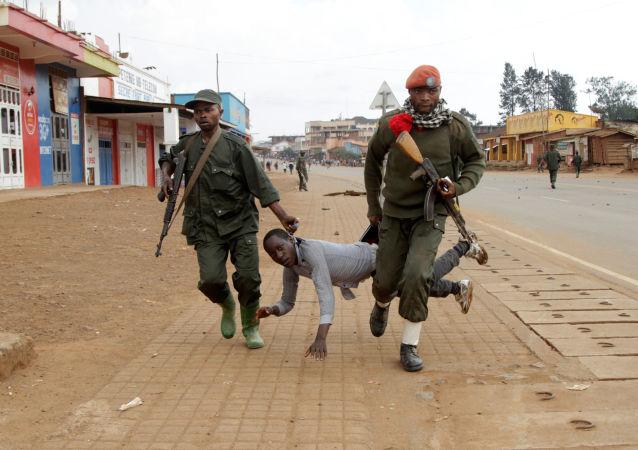 جنديان يعتقلان مدنياً شارك في احتجاجات مناهضة لفشل الحكومة في وقف أعمالالقتل والعنف (المبنية على العرق) في بلدة بوتيمبو، جمهورية الكونغو الديموقراطية، 24 أغسطس/ آب 2016